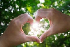 Luz do sol 3 do coração do amor das mãos imagens de stock