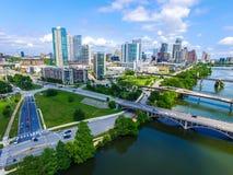 Luz do sol em Austin, opinião aérea da tarde do zangão de Texas da cidade moderna do centro da arquitetura da cidade da skyline imagem de stock