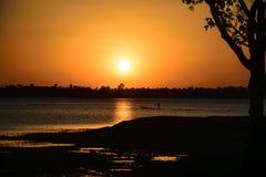 Luz do sol na noite, dentro do rio, fundo do por do sol Imagens de Stock Royalty Free