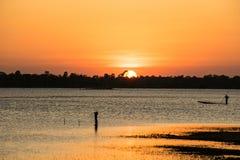 A luz do sol na noite, tem o esporte de barco do pescador, backgr da luz do sol Imagens de Stock Royalty Free