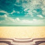 Luz do sol na praia vazia de Copacabana, Rio de janeiro fotografia de stock royalty free