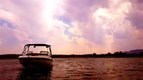 Luz do sol, nuvens, água, barcos e bons amigos Fotografia de Stock Royalty Free