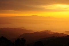 Luz do sol sobre o monte da névoa, Tailândia do norte Fotos de Stock