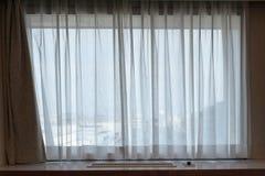 luz do sunshire olhando as cortinas da tela do branco translúcido da passagem fotografia de stock royalty free