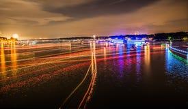 A luz dos barcos arrasta no wylie do lago após o 4o de fogos-de-artifício de julho Fotos de Stock Royalty Free