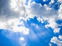Luz dos raios - o céu azul nubla-se o fundo Imagem de Stock Royalty Free