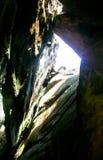 Luz dos raios que quebra a caverna da quebra Foto de Stock Royalty Free