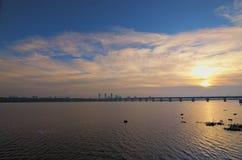 Luz dourada através das nuvens Ponte legendária Paton do metal no alvorecer, foto da paisagem da manhã do inverno Kyiv, Ucrânia imagens de stock royalty free