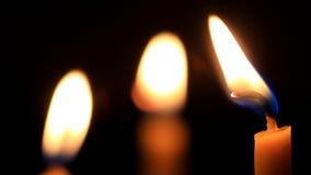 Luz dourada da chama de vela vídeos de arquivo