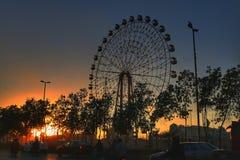 Luz dourada da roda de Ferris imagens de stock