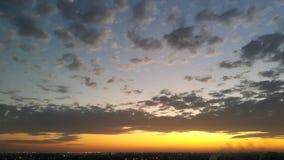 A luz dourada de Sun da manhã e a obscuridade do scatter nublam-se Foto de Stock