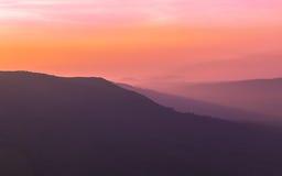 Luz dramática do sol na manhã sobre a montanha da silhueta Imagem de Stock Royalty Free