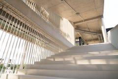 A luz e as sombras da barra de ferro branca projetaram-se no sta branco Fotos de Stock