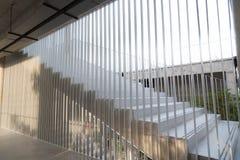 A luz e as sombras da barra de ferro branca projetaram-se no sta branco Imagens de Stock Royalty Free