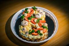 Luz e bolo fresco Sobremesa refinada feita da merengue coberta com chantiliy diet?tico, folhas de hortel? e morangos imagens de stock royalty free