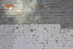 Luz e parede de tijolo cinzenta escura com luz solar Fotos de Stock
