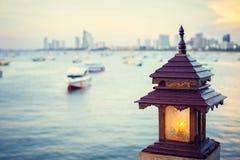 Luz e por do sol do farol na ideia cênico do verão da costa de mar da luz do farol e do por do sol romântico bonito imagem de stock