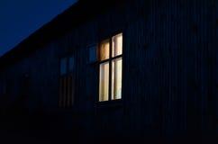 Luz em uma janela solitária Imagens de Stock Royalty Free