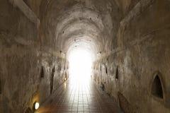 luz en el extremo del túnel de la cueva fotografía de archivo libre de regalías
