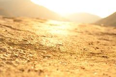 Luz en la cuesta de montaña de piedra con el bosque Foto de archivo libre de regalías