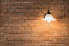 Luz en una pared de ladrillo roja Foto de archivo libre de regalías