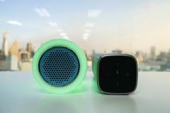Luz esperta da música do fulgor verde com orador sem fio fotografia de stock