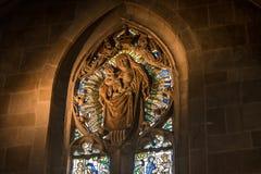 Luz espiritual na janela da igreja fotografia de stock