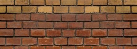 Luz estreita da base do fundo da parede de pedra do painel - grunge infinito da base do bloco da fileira amarela marrom fotos de stock royalty free