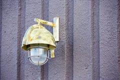 Luz exterior pintada do ferro no muro de cimento fotografia de stock royalty free