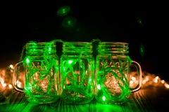 A luz feericamente verde em um vidro range na fotografia discreto escura imagens de stock