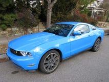 Luz - Ford Mustang azul Imagens de Stock