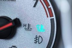 Luz fresca del motor de coche en la advertencia del conductor del indicador del metro del tablero de la rociada del coche Imagen de archivo libre de regalías
