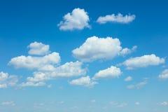 Luz - fundo das nuvens do céu azul e do branco imagens de stock royalty free