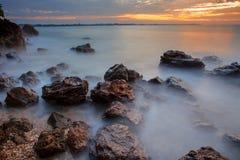 Luz hermosa de la mañana del scape del mar en el rayong Tailandia del este de la playa del kaew de Wang imágenes de archivo libres de regalías