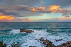Luz hermosa de la puesta del sol sobre el océano español imágenes de archivo libres de regalías