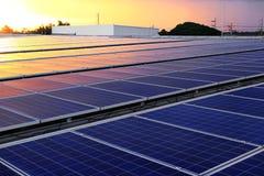 Luz hermosa de la puesta del sol del tejado solar del picovoltio Imagen de archivo libre de regalías