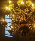 Luz hermosa de los candels en la chimenea Imágenes de archivo libres de regalías