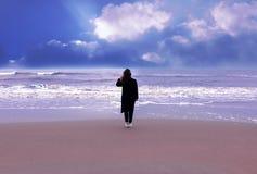 Luz inexpressivo do raio da nuvem do céu do outono do shorebeach do revestimento da mola da mulher do retrato do inverno do vento foto de stock royalty free