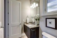 Luz - interior cinzento do banheiro na casa luxuosa Imagem de Stock