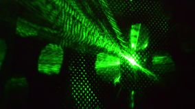 Luz laser verde que brilla intensamente en la oscuridad en el club de noche almacen de metraje de vídeo