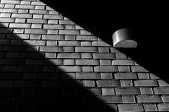 Luz lateral preta de parede de tijolo Fotos de Stock