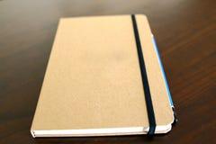 luz - livro e lápis marrons do bloco de notas Fotografia de Stock Royalty Free