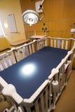 A luz médica da inspeção brilha abaixo da sala de hospital de crianças da cama Fotografia de Stock