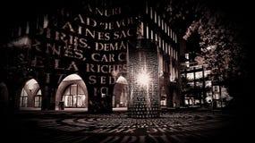 Luz mística en una calle de la noche imagenes de archivo