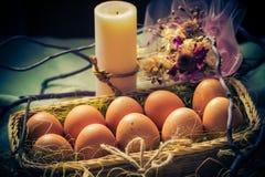 Luz místico da vela dos ovos da páscoa da composição da Páscoa Imagens de Stock Royalty Free