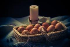 Luz místico da vela dos ovos da páscoa da composição da Páscoa Foto de Stock Royalty Free