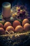 Luz místico da vela dos ovos da páscoa da composição da Páscoa Imagens de Stock