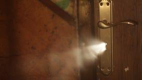 Luz misteriosa a través del ojo de la cerradura almacen de video