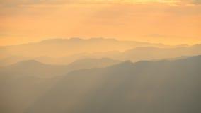 Luz morna com camada da montanha fotografia de stock