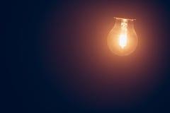 Luz morna da lâmpada do bulbo no embaçamento foto de stock